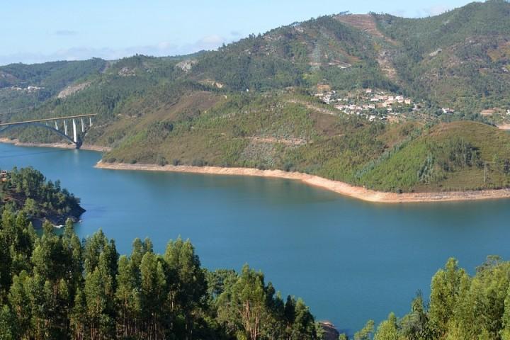 Vista das aldeias ribeirinhas de Zaboeira e Pombeira